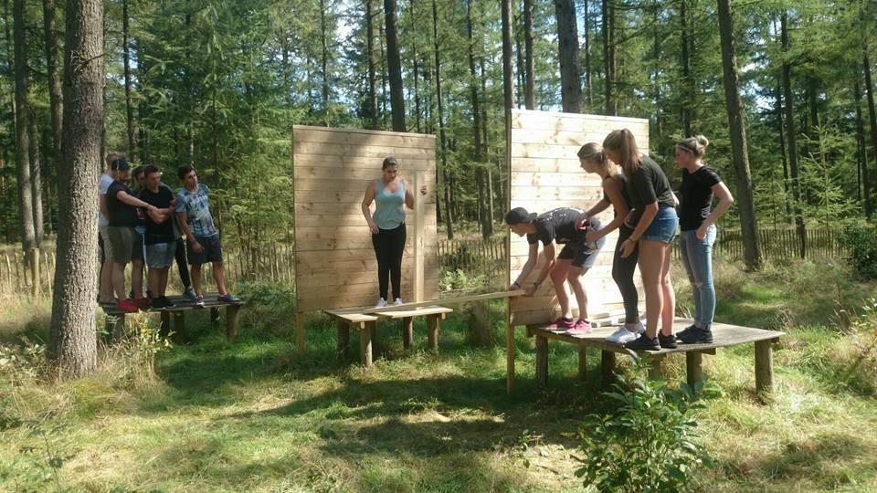 groep kinderen teambuilding op houten vlonders